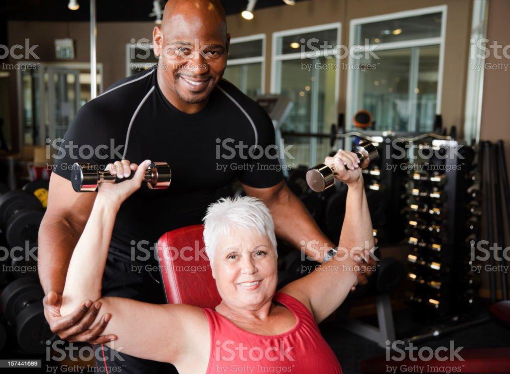 Mujer madura ejercicio con entrenador personal - foto de stock