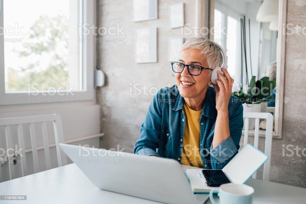 Volwassen vrouw Freelancing van haar thuiskantoor - Royalty-free Actieve ouderen Stockfoto
