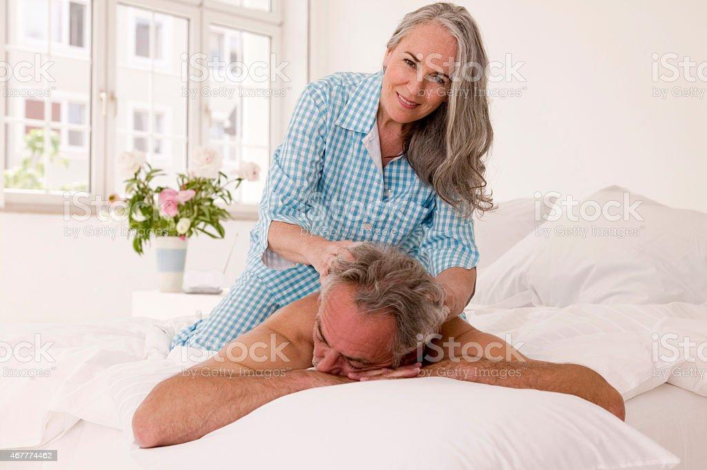ältere Frau Die Massage Für ältere Männer Im Bett Stock Fotografie