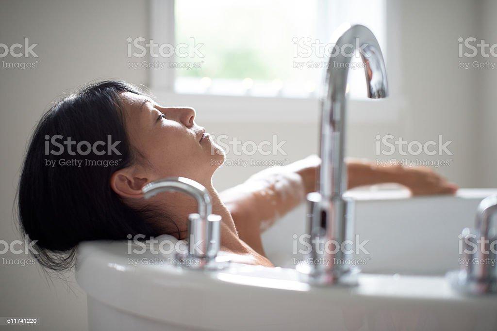 Donna matura in una vasca da bagno fotografie stock e altre