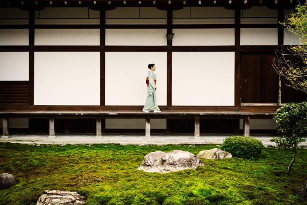 寺で歩いている着物姿の熟女 - 寺院 ストックフォトと画像