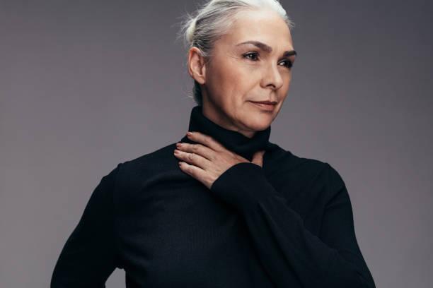 mogen kvinna i casuals - mature women studio grey hair bildbanksfoton och bilder