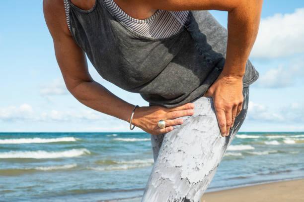 아침 실행 하는 동안 엉덩이 통증을 경험 하는 그녀의 50 대 여 인 - 엉덩관절 뉴스 사진 이미지