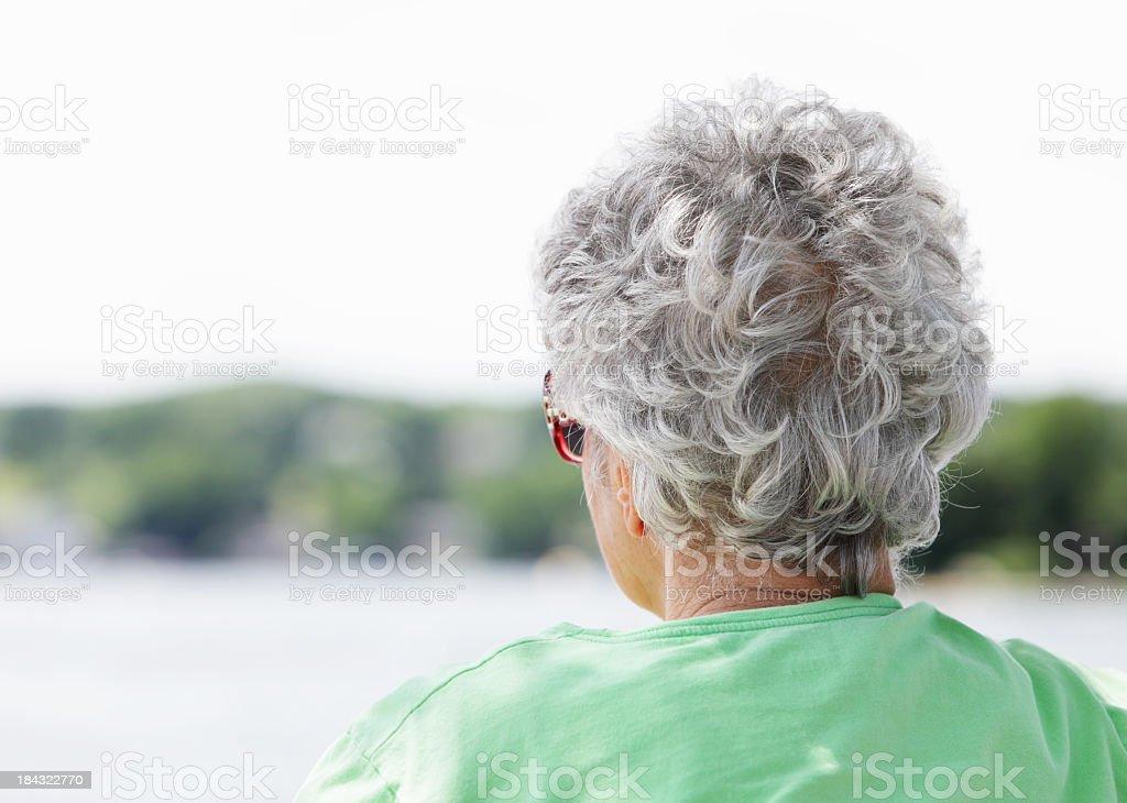 Reife Frau in Sonnenbrille Watching-Aktivitäten am See – Foto