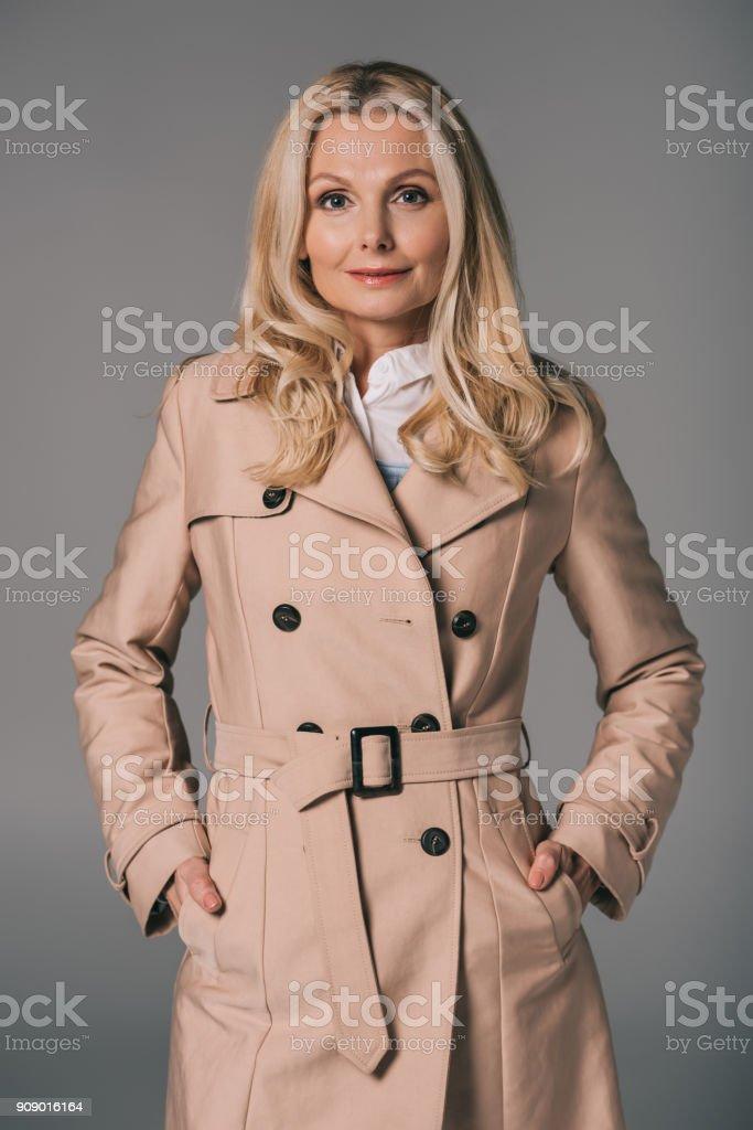 Reife Frau Im Trenchcoat Stockfoto und mehr Bilder von