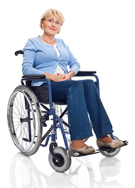 donna matura in una sedia a rotelle - sedia a rotelle foto e immagini stock