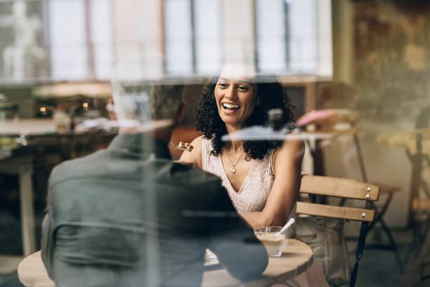 Reife Frau lacht mit ihrem Mann in einem Café – Foto