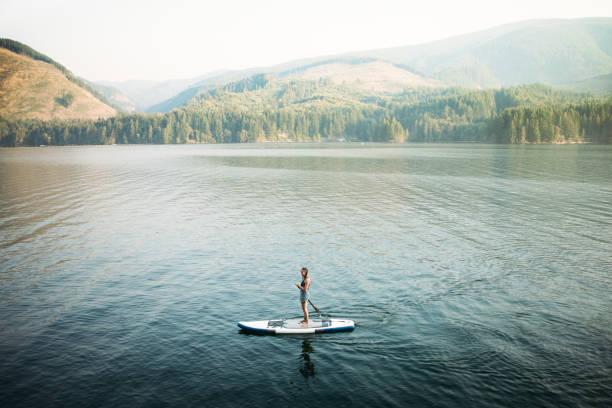 mujer madura paddle - estilo de vida austero fotografías e imágenes de stock