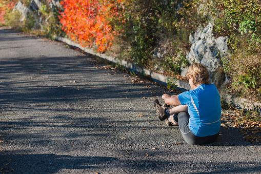 성숙한 여 자가 앉아 러너 보이는 다친된 다리 이탈리아 유럽 55-59세에 대한 스톡 사진 및 기타 이미지