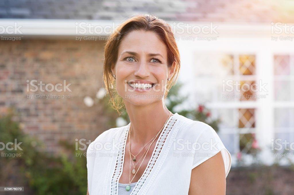 Femme d'âge mûr souriant - Photo