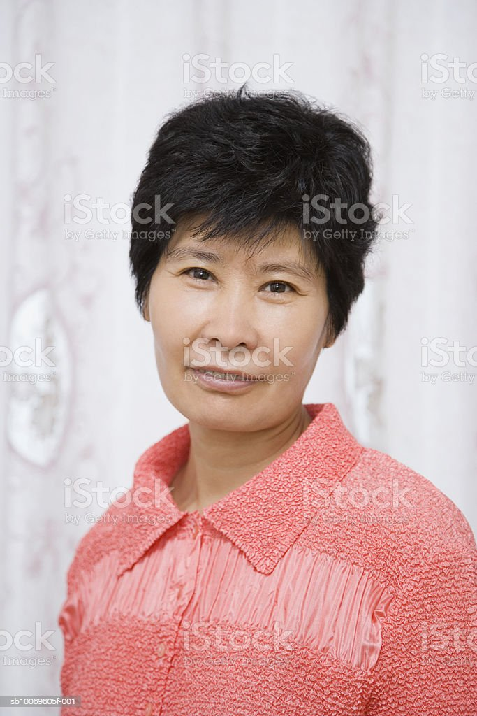 Mature woman smiling, portrait foto de stock libre de derechos