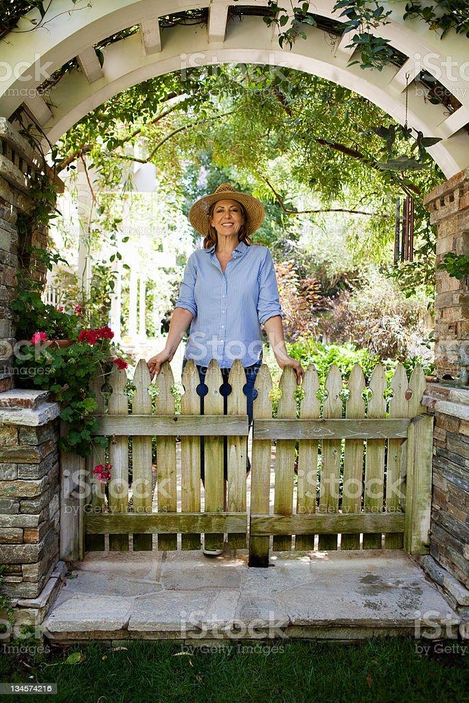 Ältere Frau im Garten, Porträt arch – Foto