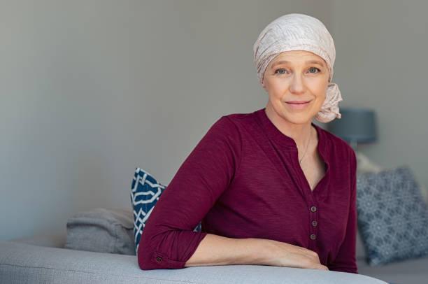 reife frau an krebs erkrankt - chemotherapie stock-fotos und bilder
