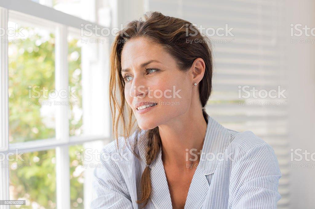 Pensant femme d'âge mûr - Photo