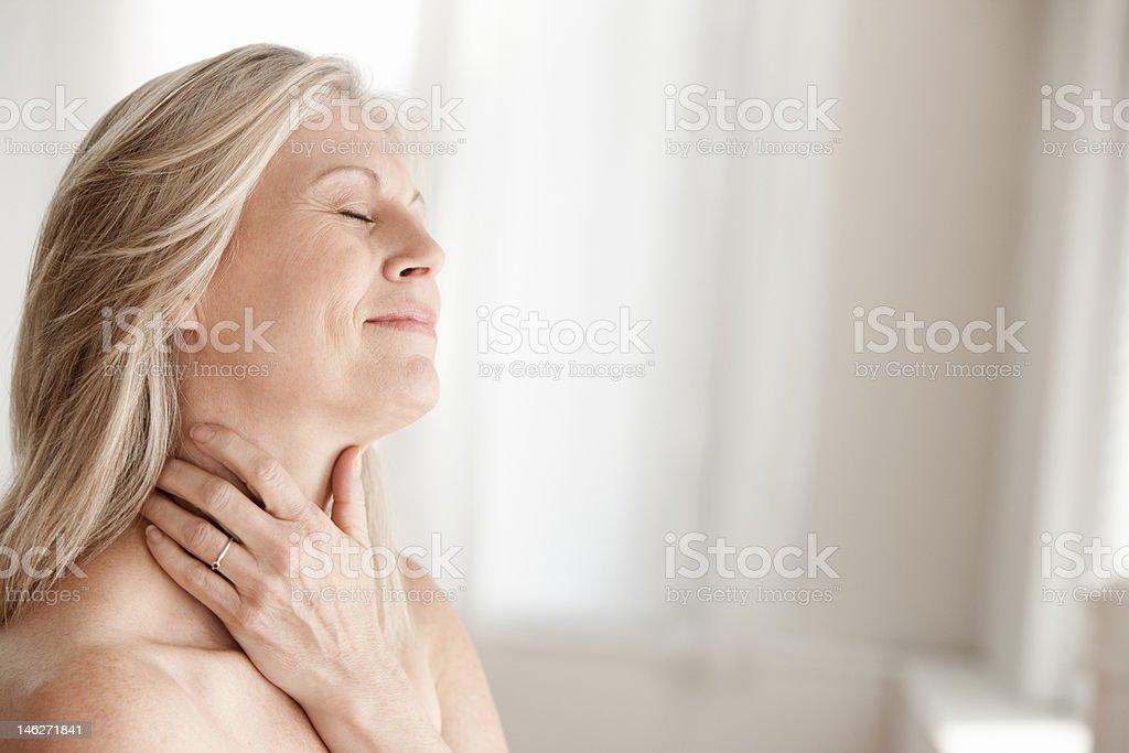 Ältere Frau berühren den Hals – Foto