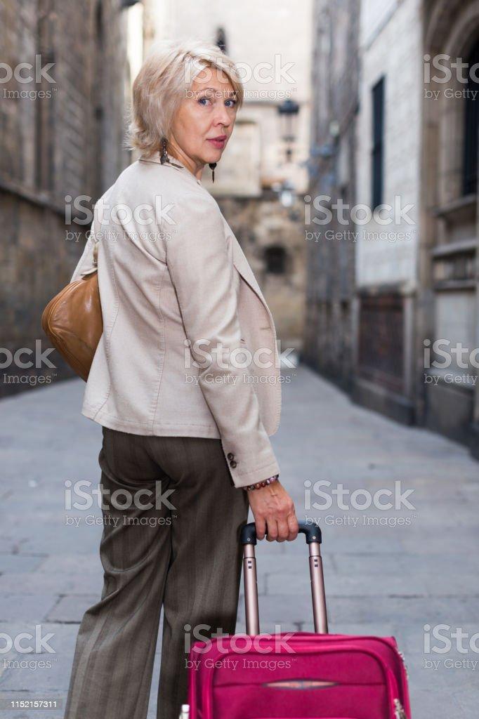 Turista Mujer Madura Está Caminando En El Vestido Clásico