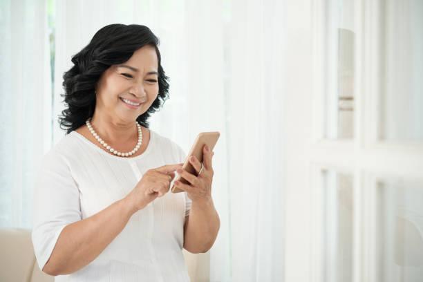 Reife Frau mit Handy – Foto
