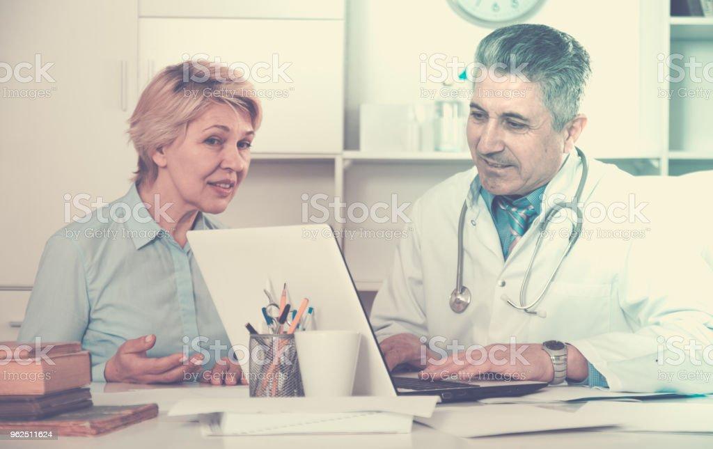 Mulher madura visitas médico - Foto de stock de Adulto royalty-free