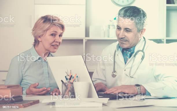 Foto de Mulher Madura Visitas Médico e mais fotos de stock de Adulto