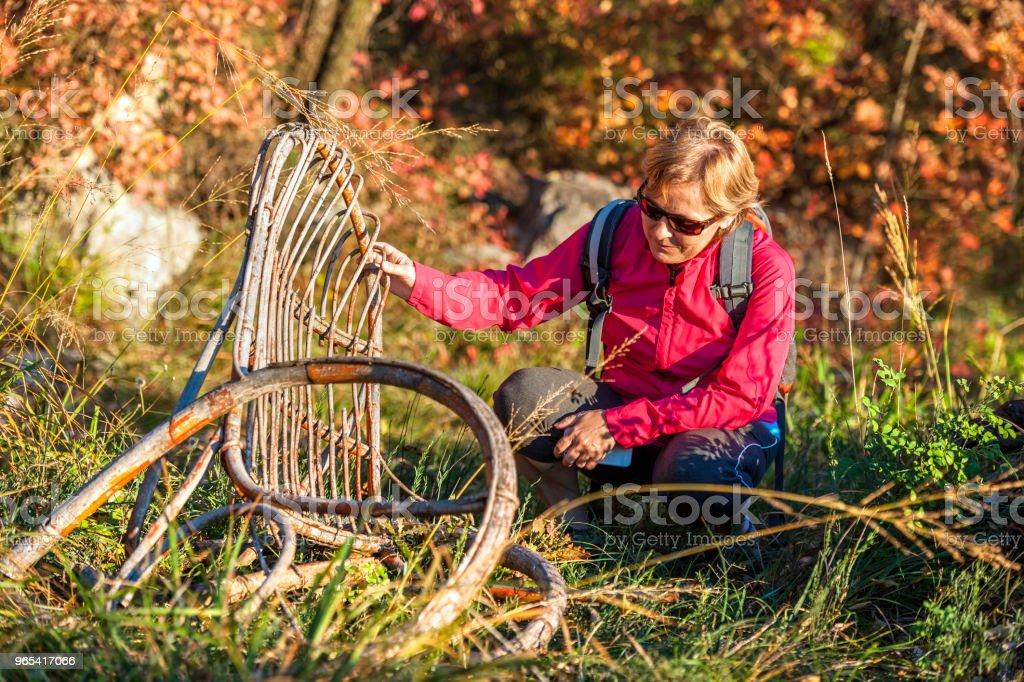 Femme mûre, je regarde une vieille chaise, couleurs d'automne, Italie, Europe - Photo de 55-59 ans libre de droits
