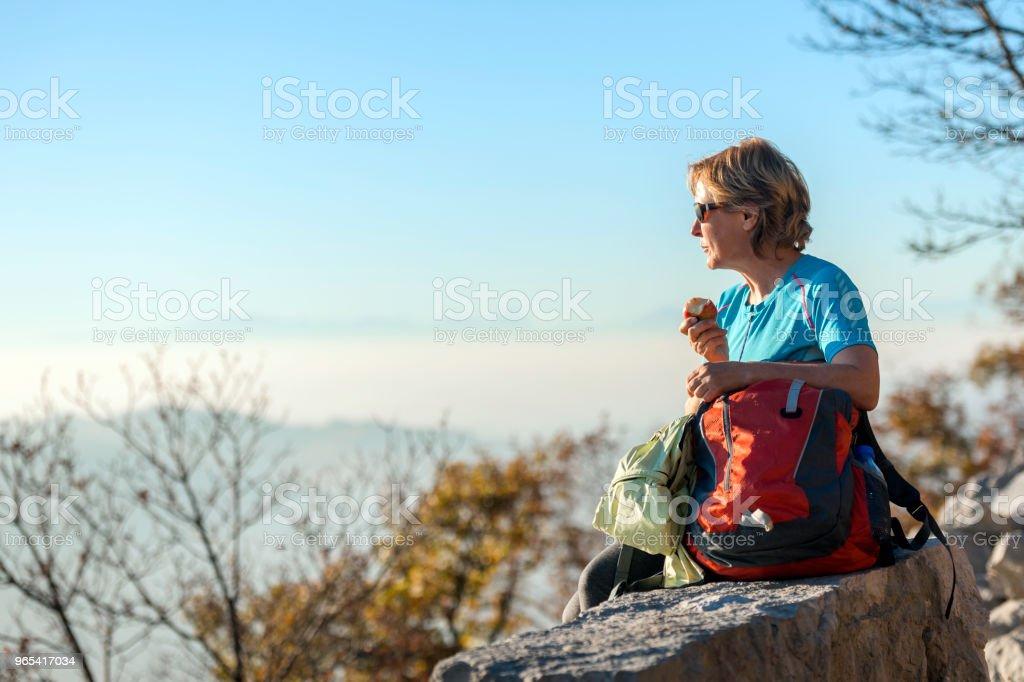 성숙한 여 인, 앉아 보고가, 이탈리아, 유럽 - 로열티 프리 55-59세 스톡 사진