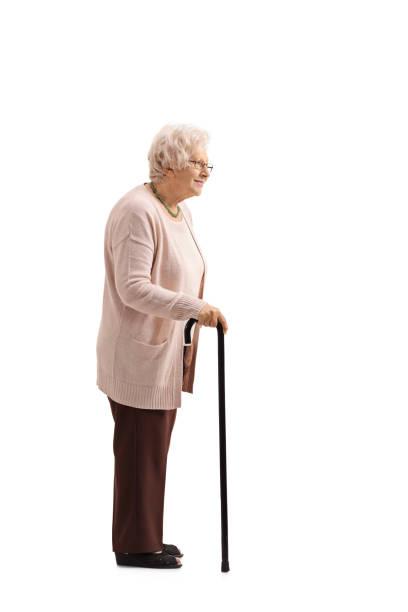 femme mûre avec une canne en file d'attente - une seule femme senior photos et images de collection