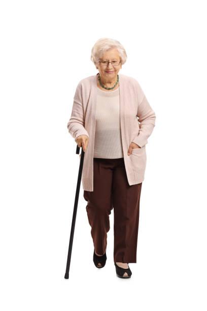 femme mûr avec une marche de canne - seulement des femmes seniors photos et images de collection