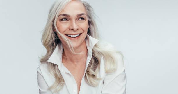 rijpe vrouw met mooie glimlach - mid volwassen stockfoto's en -beelden