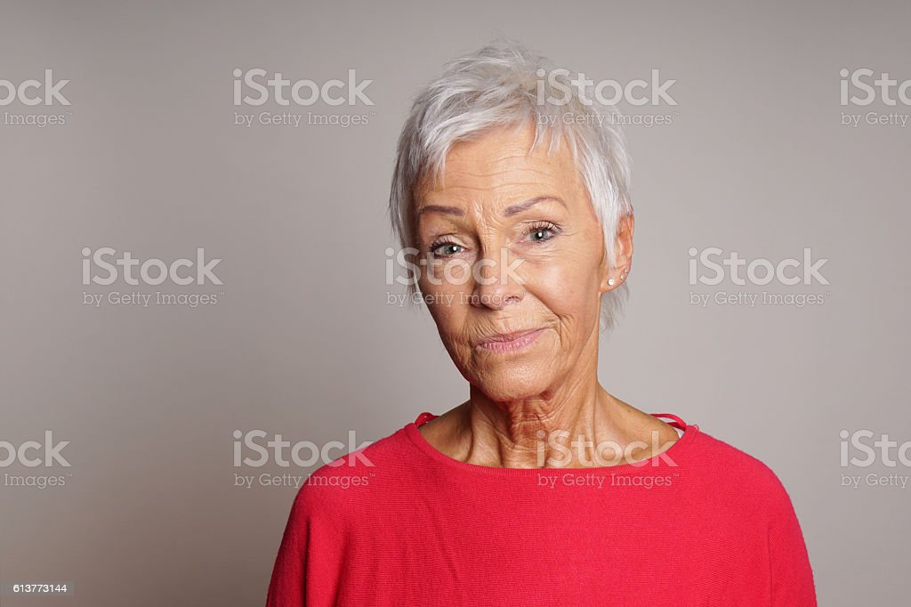 mature woman with skeptical look on her face – Foto