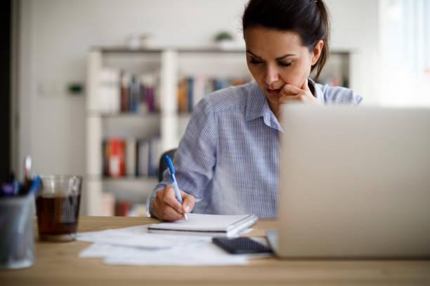 在家工作的成熟女性 - 成年人 個照片及圖片檔