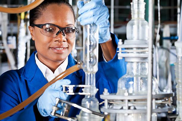 中年の女性の化学工場 ストックフォト