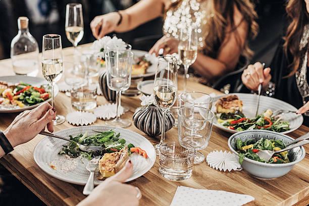 mujeres maduras con cena - gastronomía fina fotografías e imágenes de stock