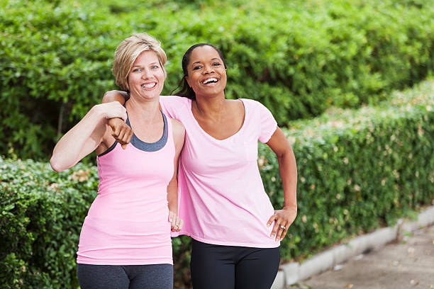 ältere frauen in rosa workout-kleidung - rosa training stock-fotos und bilder