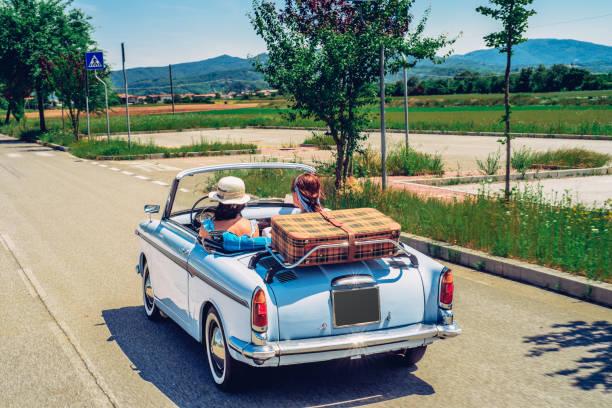 Reife Frauen auf einer Road-Trip mit altmodischem Cabrio – Foto