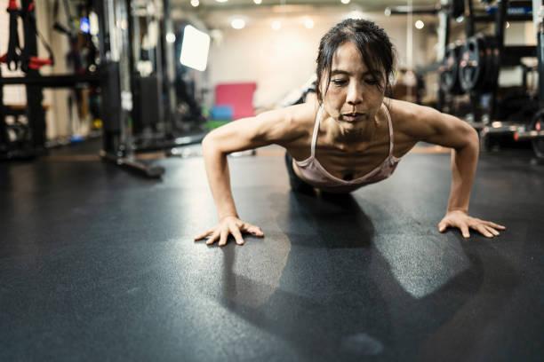 reife frauen im cross-fitness-studio trainieren - hard to concentrate stock-fotos und bilder