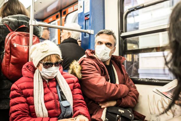 Reife Frau und Frau tragen Schutzmaske im Zug. – Foto