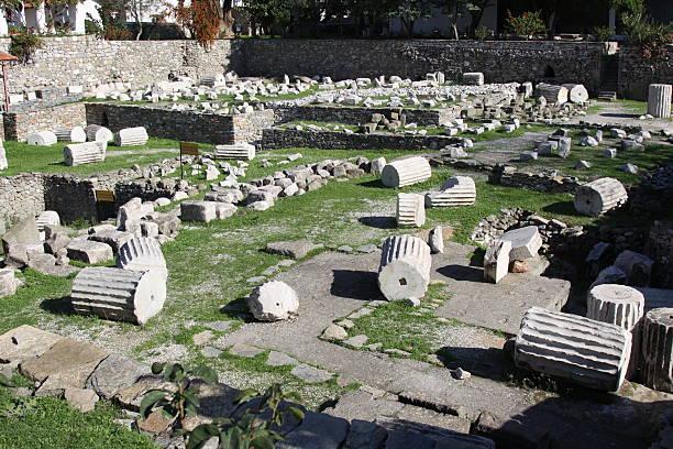 mausoleum at halicarnassus - mausoleum stockfoto's en -beelden