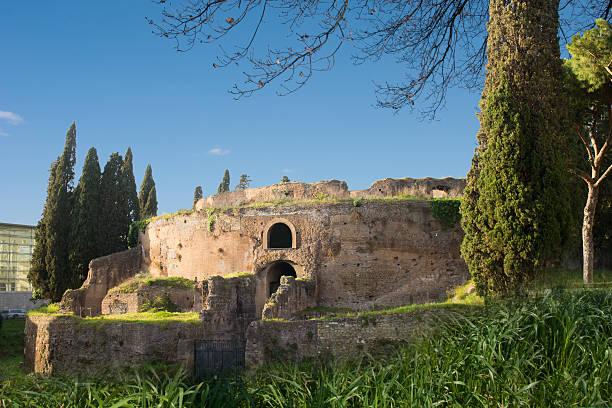 mausoleo di augusto - mausoleum stockfoto's en -beelden