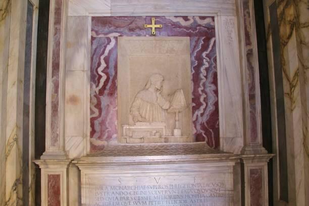 mausoleum des italienischen dichters dante alighieri (1265-1321) in ravenna. italien. - göttliche komödie stock-fotos und bilder
