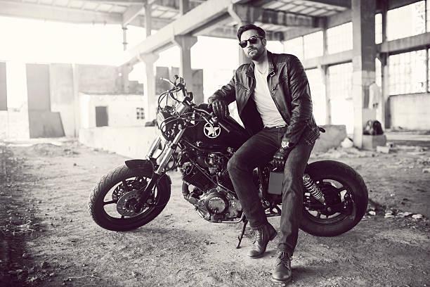 außenseiter - motorrad männer stock-fotos und bilder