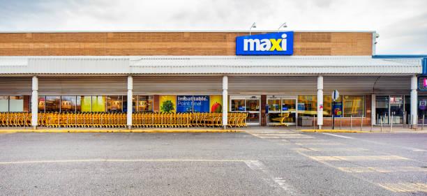 Maxi Supermarkt Fassade Panoramablick an einem bewölkten Tag – Foto