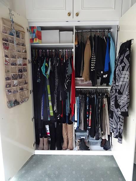 maximale kapazität kleiderschrank - garderobe mit schuhschrank stock-fotos und bilder
