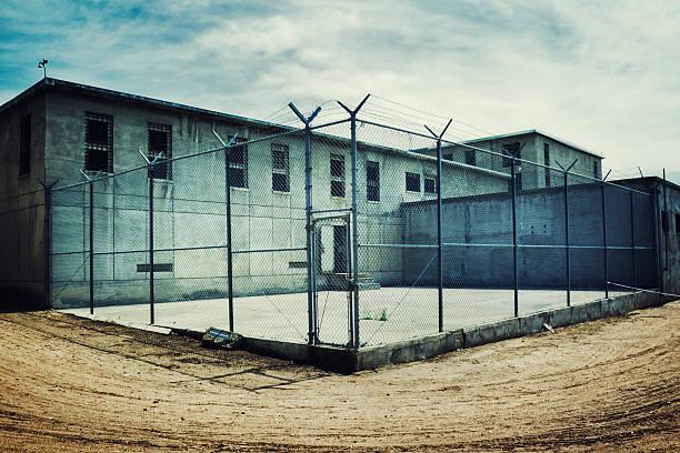 un maximum de sécurité de prison yard - prison photos et images de collection