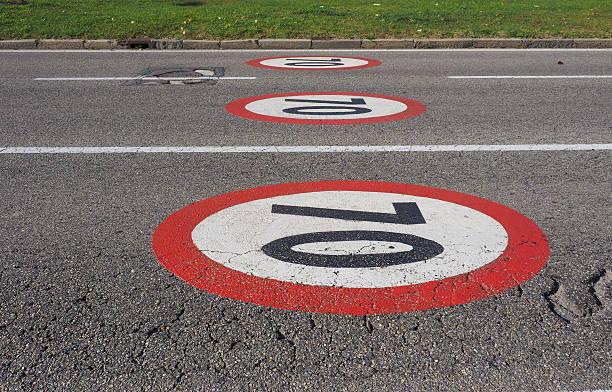 velocità massima di - cartello stradale italia km foto e immagini stock
