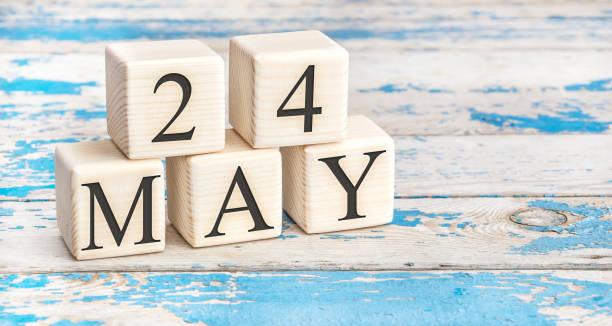 le 24 mai. cubes en bois avec la date du 24 mai sur le vieux fond en bois bleu. - nombre 24 photos et images de collection