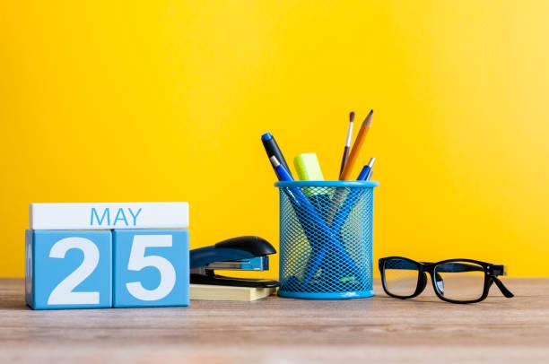 25 de mayo. Día 25 del mes, calendario de sobre mesa de oficina de negocios, lugar de trabajo en fondo amarillo. Tiempo de primavera. Internacional falta el día del niño. Mundo tiroides día - foto de stock