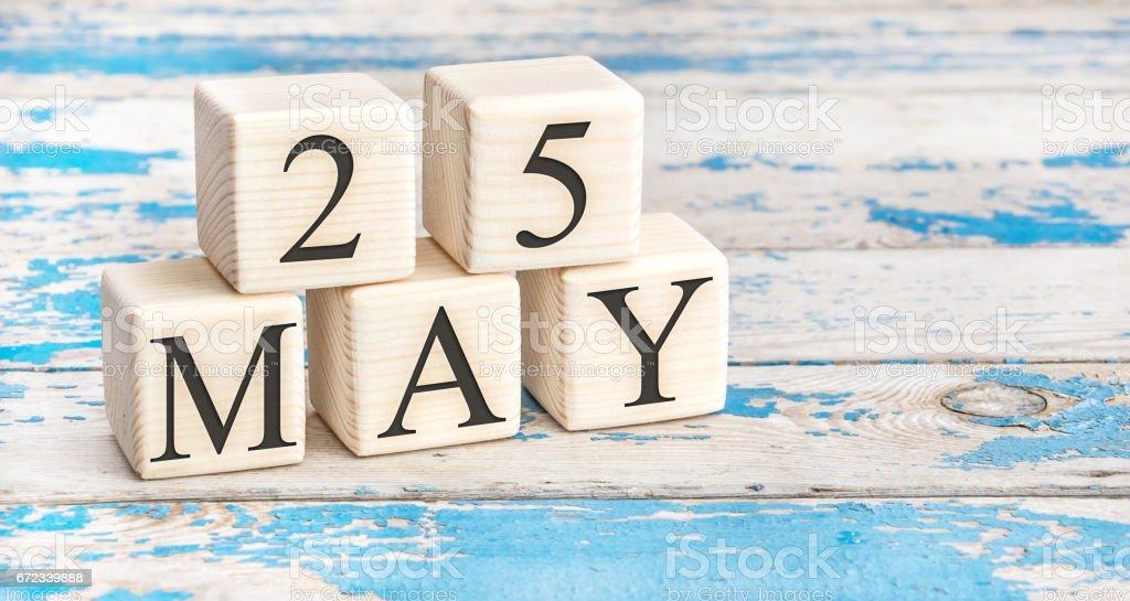 25 de mayo. Cubos de madera con fecha de 25 de mayo en el antiguo fondo de madera azul. - foto de stock