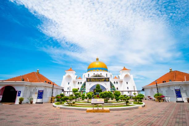 2019 8 mei, maleisië, melaka-uitzicht op de oude masjid selat melaka. - malakka staat stockfoto's en -beelden