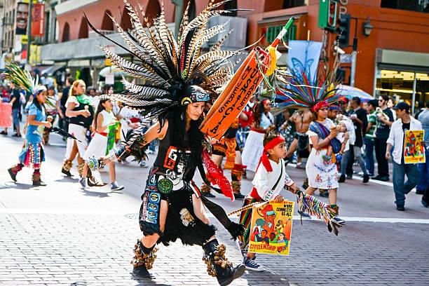 maifeiertag einwanderung reform märz, los angeles - indianer kostüm herren stock-fotos und bilder