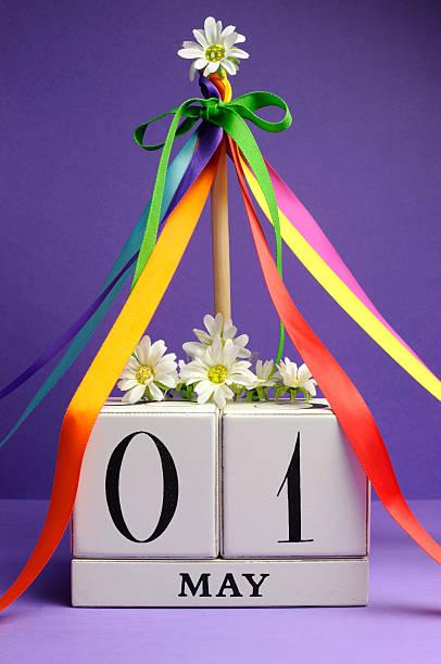 1 er mai blanc rue calendrier avec mât et rubans de couleur vive. - 1er mai photos et images de collection